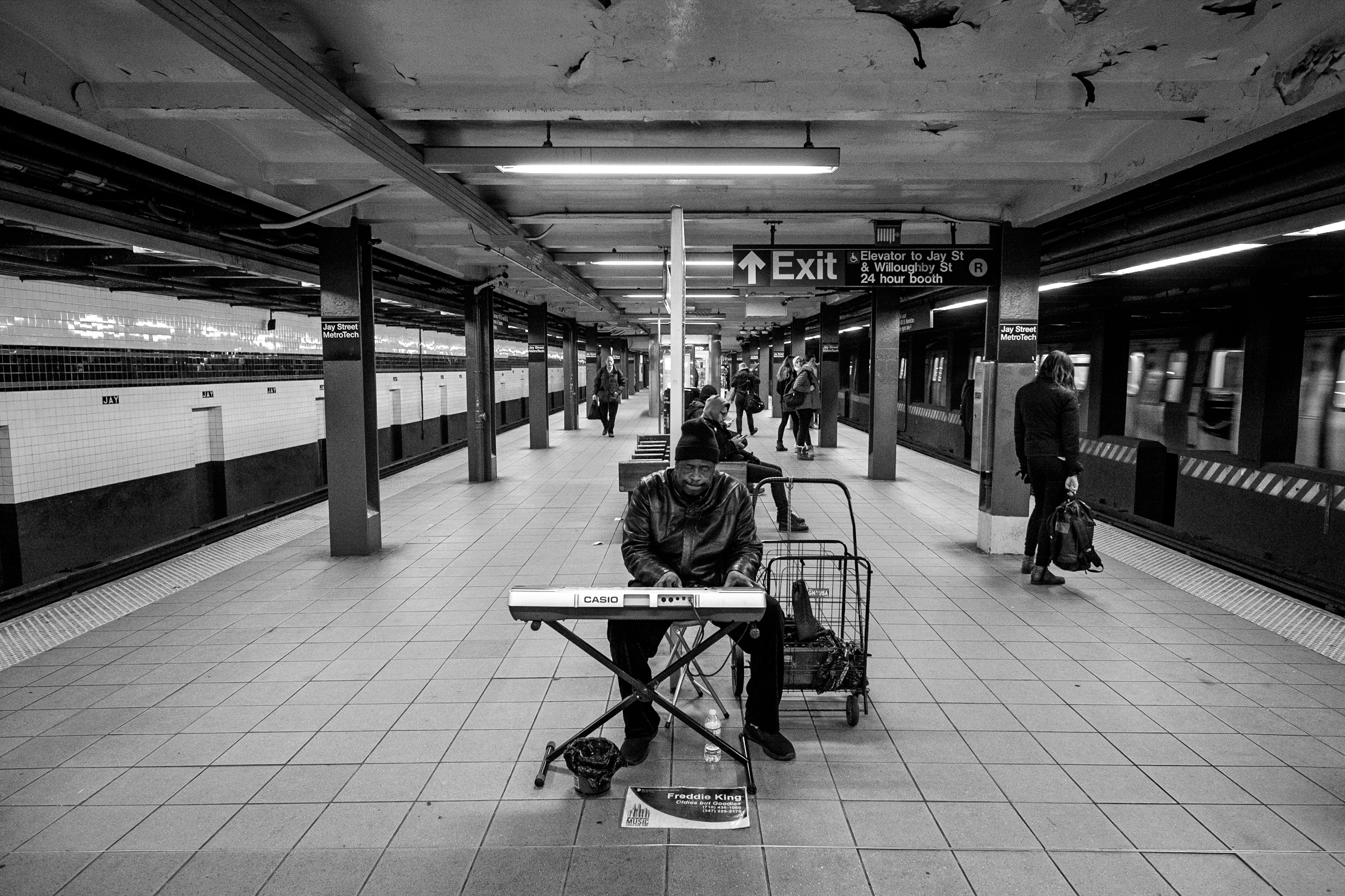 subway-musician-jay-street-black-and-white-photography