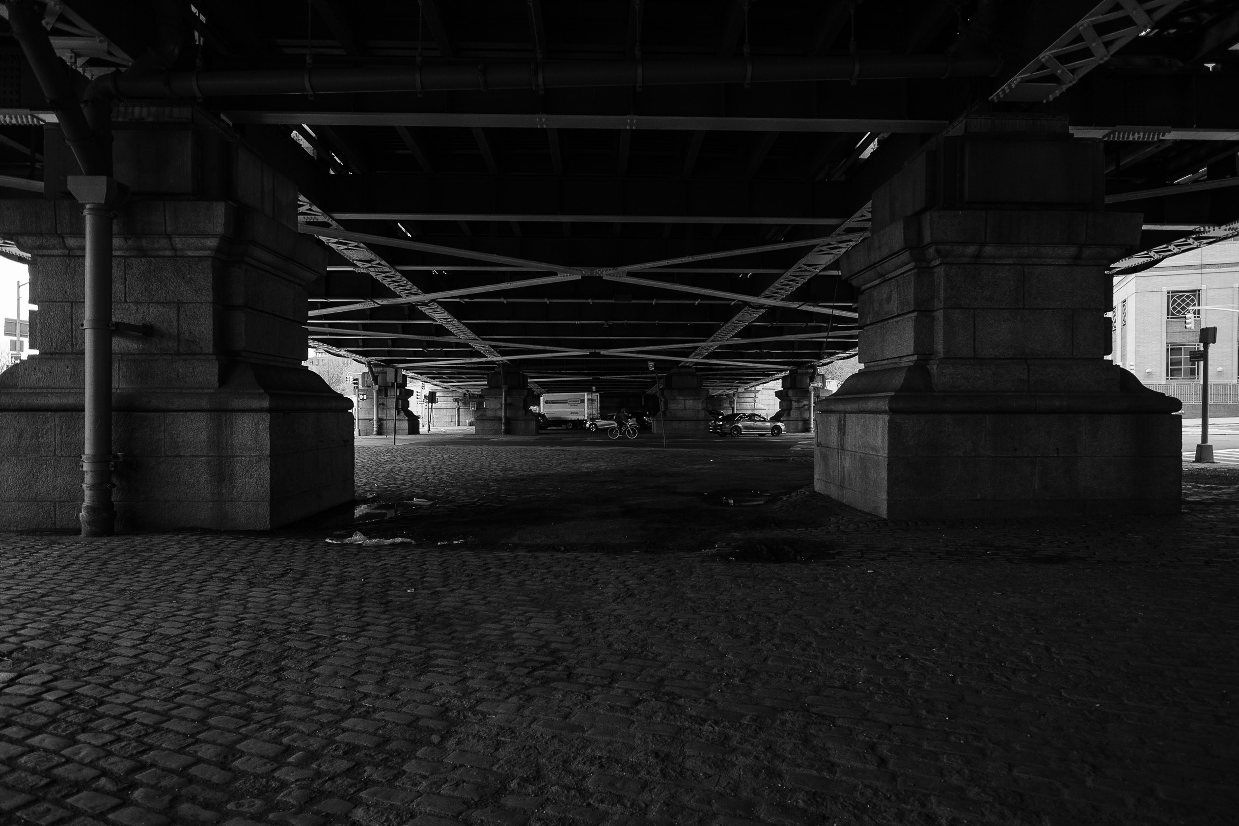 under-the-manhattan-bridge-black-and-white-zach-barocas-photography